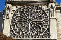 贵妇人notre巴黎视窗 免版税库存照片