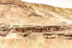 贵族的坟茔在阿斯旺,埃及岩石切开了在尼罗河附近位于的坟墓cementary 免版税库存照片