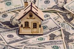 贷款或救球购买的房子和不动产概念 抵押装货和计算器物产文件概念 木房子 图库摄影
