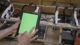 贸易商人有色度关键绿色屏幕陈列ok标志的藏品片剂在检查cryptocurrency开采的船具进展以后  影视素材