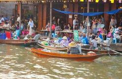 贸易商出售食物在Umpawa浮动的市场上 免版税库存图片