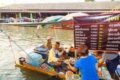 贸易商出售食物在Umpawa浮动的市场上 免版税图库摄影