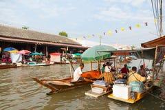 贸易商出售食物在Umpawa浮动的市场上 免版税库存照片