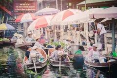 贸易的物品和食物大气,在葡萄酒小船在Tha Kha浮动市场上 免版税库存图片