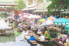 贸易的物品和食物大气,在葡萄酒小船在Tha Kha浮动市场上 库存照片