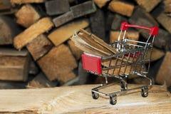 贸易 在一辆小金属购物台车的木头 免版税库存照片