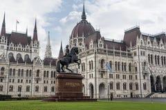 费伦茨Rakoczi雕象以议会大厦为背景的在布达佩斯匈牙利 库存图片