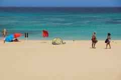 费埃特文图拉岛西班牙- 2017年7月30日:海洋的人们在一个高山季节靠岸 费埃特文图拉岛著名游人 免版税库存图片