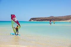 费埃特文图拉岛,加那利群岛2017年6月08日:一个人享受风帆冲浪 学会使用海浪学校,是必要的 库存图片