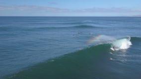费埃特文图拉岛;2018年10月12日:行动的冲浪者对非常技术波浪 股票视频