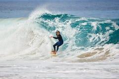 费埃特文图拉岛- 2017年 04 10 :在冬天训练sess期间的冲浪者 库存照片