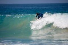 费埃特文图拉岛- 2017年 04 10 :在冬天训练sess期间的冲浪者 免版税图库摄影