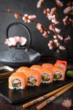 费城与三文鱼,黄瓜,鲕梨,乳脂干酪, tobiko鱼子酱的卷寿司 寿司菜单 免版税图库摄影