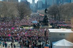 费城,宾夕法尼亚,美国- 2018年1月20日:数千在费城妇女` s 3月团结团结 库存照片
