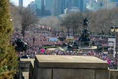 费城,宾夕法尼亚,美国- 2018年1月20日:数千在费城妇女` s 3月团结团结 库存图片