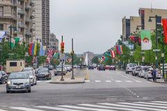 费城,美国 2018年6月23日 旗子线的本杰明・富兰克林公园大道导致费城艺术馆 免版税库存图片