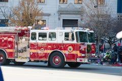 费城, PA - 2017年11月23日:在每年感恩天游行的消防车在中心城市费城, PA 免版税库存图片