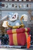 费城, PA - 2017年11月23日:在礼物浮游物的长耳兔在每年感恩天游行在中心城市 库存图片