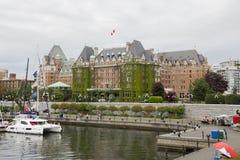 费尔蒙特从维多利亚内在港口的女皇旅馆看法  免版税图库摄影