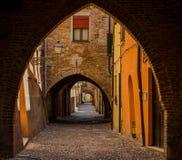 费拉拉美丽如画的中世纪街道有弧的 库存照片
