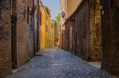 费拉拉美丽如画的中世纪街道  免版税库存照片