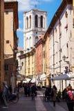 费拉拉,意大利- 2013年5月11日 老大厦看法与人和商店的,在费拉拉大教堂附近在中心  免版税库存图片