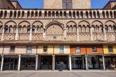 费拉拉,意大利- 2013年5月11日 老大厦看法与人和商店的,在费拉拉大教堂附近在中心  免版税库存照片