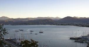 费特希耶,土耳其,与游艇的海湾在前景 库存图片