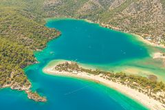 费特希耶,土耳其-全景Belcekiz海滩 Oludeniz,从空气或寄生虫的蓝色盐水湖费特希耶 海岸地中海viareggio 免版税图库摄影