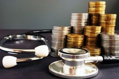 费用医疗保健 听诊器和货币 图库摄影