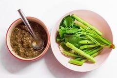 费用泰国食物菜单是油煎的鲭鱼用虾酱调味汁 免版税库存照片