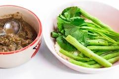 费用泰国食物菜单是油煎的鲭鱼用虾酱调味汁 免版税库存图片