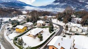 费雷拉迪瓦雷塞冬天风景的鸟瞰图,是位于小山的一个小村庄不瓦雷泽 库存照片