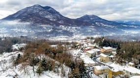 费雷拉迪瓦雷塞冬天风景的鸟瞰图,是位于小山的一个小村庄不瓦雷泽 免版税库存照片