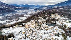费雷拉迪瓦雷塞冬天风景的鸟瞰图,是位于小山的一个小村庄不瓦雷泽 免版税库存图片