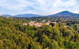 费雷拉迪瓦雷塞鸟瞰图,是位于在瓦雷泽北部的小山的一个小村庄 库存照片