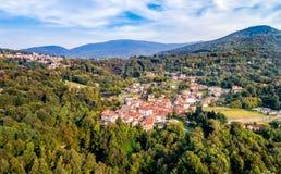 费雷拉迪瓦雷塞鸟瞰图,是位于在瓦雷泽北部的小山的一个小村庄 免版税库存图片