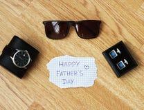 贺卡与父亲` s天 在视图之上 在木书桌backround的父亲节构成 免版税库存图片