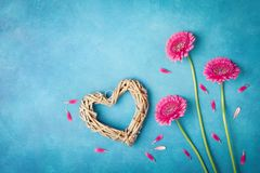 贺卡为妇女或母亲节 与桃红色花、心脏和瓣的春天背景 平的位置样式 顶视图 库存图片