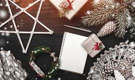 贺卡寒假,与锥体,装饰对象的一棵杉树 圣诞节礼物和笔记本 库存图片