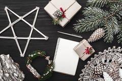 贺卡寒假,与锥体,装饰对象的一棵杉树 免版税库存图片