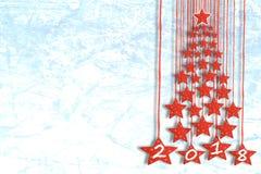 贺卡或墙纸为与圣诞树的寒假从在白色滑冰场背景的红色星 图库摄影
