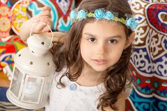 贺卡:使用与灯笼的愉快的年轻回教女孩 免版税库存图片