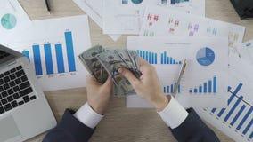 贿赂在工作,计数和给美元工作者,顶视图的买卖人 影视素材
