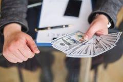 贿赂概念 腐败非法公司业务的间谍活动 免版税库存照片