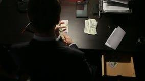 贿赂和欺骗概念-接近采取金钱的商人 时间间隔 股票录像