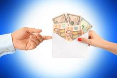贿赂有信封的妇女一个人有很多金钱建议一个腐败系统 库存图片