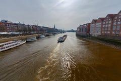 贿赂 在河的自走驳船 库存照片