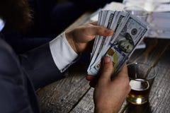 资助的项目通过提高金钱贡献 计数的手美元钞票 现金金钱在手上  免版税库存图片
