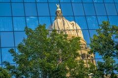 资本展示的反射一个被变形的政府大厦 免版税库存照片